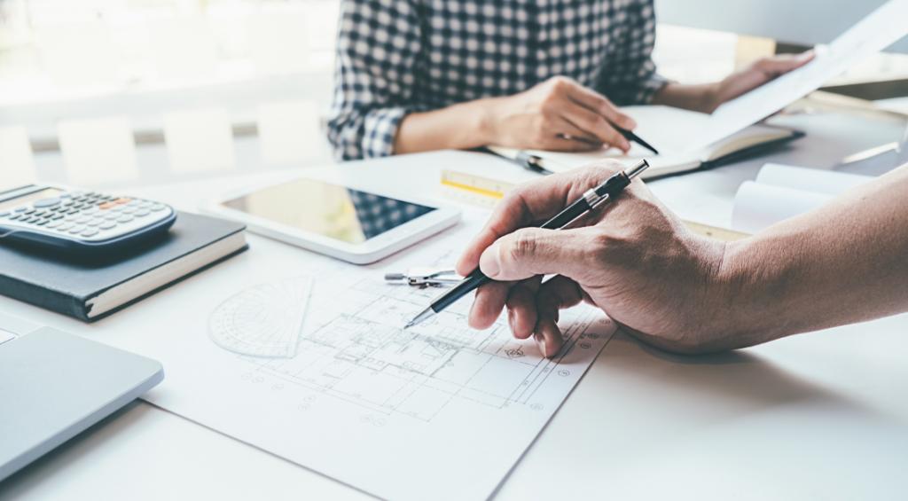 A gestão de projetos BIM tem proporcionado uma grande viabilidade técnica e econômica para os processos da construção civil, porque permite a criação de uma linguagem única entre todas as disciplinas envolvidas no projeto, gerando mais integração. Isso é muito importante porque o gerenciamento é uma das partes mais complexas dos projetos do setor da arquitetura, engenharia e construção, que envolve uma série de variáveis, como recursos humanos, orçamentos, cronograma e cumprimento do escopo. Veja nesse post como o BIM pode facilitar tamanhos desafios. BIM: gerenciamento de obras mais eficaz O BIM tem um grande potencial de realmente transformar os projetos do setor, especialmente no que se refere à questão produtividade, que foi um item bastante prejudicado na indústria construtiva, que não acompanhou a transformação digital que outras indústrias já tinham experimentado nos últimos anos. Segundo um relatório da McKinsey, publicado em 2017, o crescimento da produtividade do setor até aquele momento tinha sido de apenas 1% ao ano durante as últimas duas décadas, enquanto outros setores alcançaram índices de 3,6% na indústria e 2,8% na economia mundial. Porém, o BIM chegou para mudar esse cenário. Especialmente no Brasil, o uso do BIM no setor construtivo tende a ser muito maior a partir de 2021, devido ao estímulo de um Decreto BIM do governo. A eficiência do BIM começa a partir do DNA dessa metodologia colaborativa, que é focada nos pilares tecnologia, pessoas e processos. É um processo inteligente baseado em um modelo em geometria único, carregado com um banco de dados de todas as disciplinas envolvidas. Traz um grande upgrade para o momento de projetar o design, porque em seus recursos há um grande número de informações e elementos que podem ser associados, contribuindo amplamente com o trabalho dos arquitetos e engenheiros, que também podem simular cenários, incluir análises energéticas e fazer cálculos de orçamentos, a partir de uma grande precisão nos quantitati