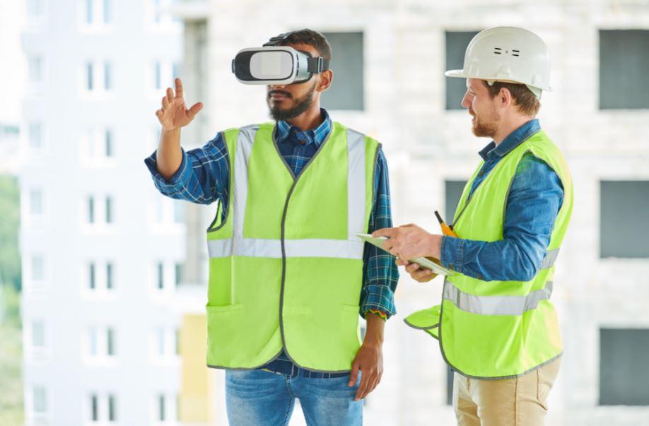 A indústria da construção vem adotando a tecnologia de forma permanente para aumentar produtividade e qualidade. Dentro dessa linha, a Realidade Aumentada surge como parte de uma solução para medição de obras. Veja neste post como a medição de obras pode ajudar a manter o projeto dentro do orçamento a partir do monitoramento do andamento da obra com o recurso da RA, que também vai permitir a correção de falhas e a prevenção dos atrasos. BIM faz uso de realidade virtual e aumentada Para entender o que é BIM, é preciso compreender uma nova mentalidade dentro do setor AEC, que permite muito mais previsibilidade de prazos de entrega, orçamentação e desempenho de uma edificação. A partir do BIM, o setor vem sendo amplamente modernizado, com uso de uma metodologia que trabalha com a união de 3 pilares: tecnologia, processos e pessoas. Com base em um modelo tridimensional único, carregado de informações, que permite o conhecimento de qualquer detalhe de um projeto arquitetônico e seus derivados complementares, o BIM traz a tecnologia para caminhar junto com as pessoas e processos, garantindo um fluxo de trabalho muito mais inteligente, eficiente e colaborativo. Dentro desses novos processos, a tecnologia é essencial porque o BIM faz uso de hardwares poderosos e softwares que trazem soluções a todos as etapas do projeto. Nestas fases, o uso da realidade virtual entra em cena para apresentar projetos que se tornam mais fáceis de compreender, visualizar, projetar, planejar e gerenciar, e que permitem maior interação entre as disciplinas. Mas em certa etapa do projeto, a realidade aumentada vai trazer elementos do mundo virtual, interagindo com os reais, a serviço de melhores resultados, como na fase da execução. Entenda melhor a diferença entre realidade virtual, aumentada e mista: Realidade virtual A realidade virtual é um processo de imersão virtual total, porque permite que os usuários mergulhem em um ambiente digital totalmente artificial, simulado por computador. Por mei